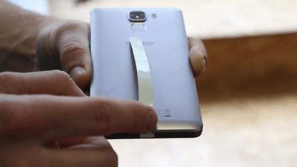 Energysquare propose un astucieux ruban � coller au dos d'un smartphone pour b�n�ficier d'une capacit� de recharge sans fil.