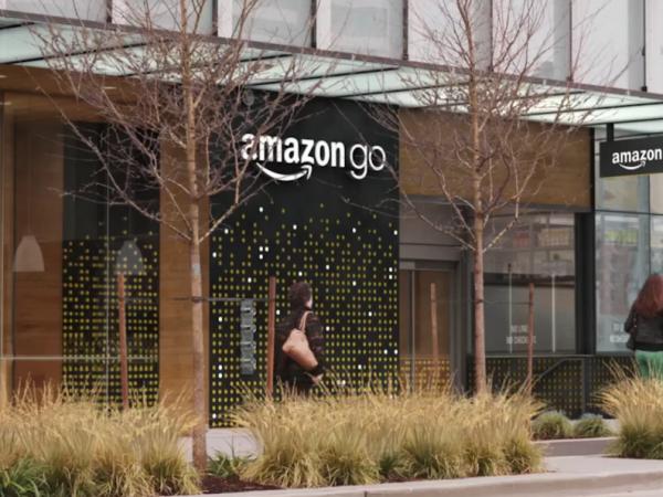 Amazon teste à Seattle un magasin bardé de capteurs et sans caisse, couplé à un système de paiement automatisé sur smartphone.