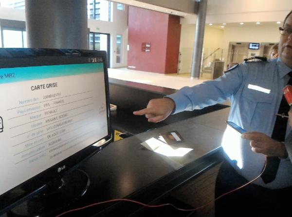 Neogend permet aux gendarmes de vérifier les identités et pré-remplir en mobilité un dépôt de plainte (à droite le Lt-Colonel Olivier Langou).
