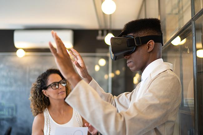 Comment les stations de travail intégrant la réalité virtuelle facilitent la formation et la collaboration