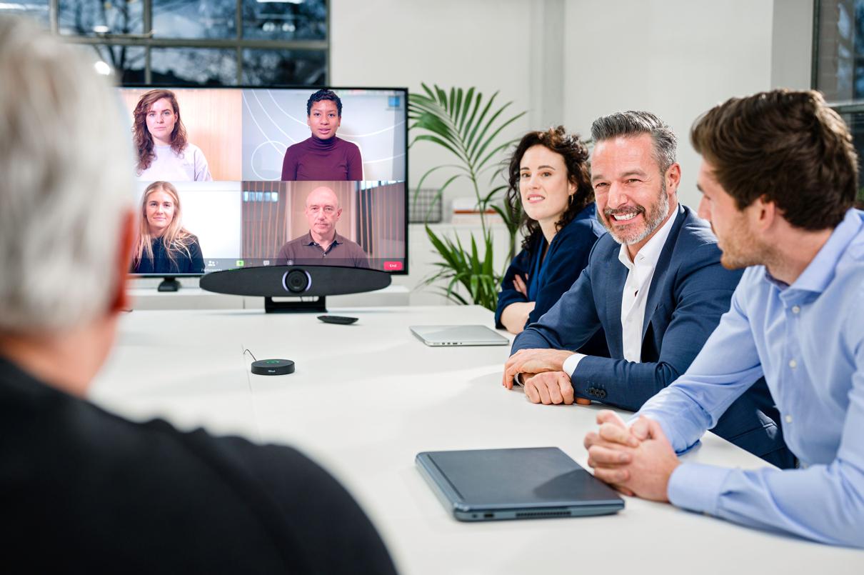 Trust présente IRIS : une solution tout-en-un qui transforme n'importe quels espaces de travailen une salle de vidéoconférence professionnelle.