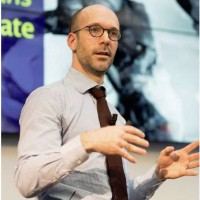 Nicolas Colin, auteur du rapport sur la révolution numérique publié par Terra Nova, est intervenu dans le documentaire « Le prix à payer » d'Harold Crooks (sur les conséquences de l'évasion fiscale des multinationales), aux côtés de l'économiste Thomas Piketty. (crédit : D.R.)