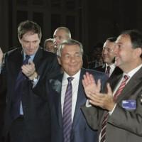En 2012, après 45 ans à la tête de Capgemini, son fondateur Serge Kampf (au milieu) passe le témoin à Paul Hermelin (à droite) qui devient PDG. (crédit : Capgemini)