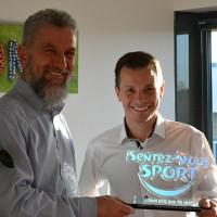 Philippe Oléron, président de Sigma informatique, et Stéphane Papin, consultant, arborent fièrement leur trophée de l'entreprise la plus sportive de France.