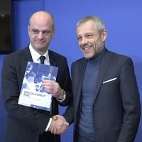Pierre Mathiot (à droite) a remis son rapport au ministre de l'Education nationale, Jean-Michel Blanquer, le 24 janvier 2018. (Crédit : Ministère de l'Education nationale)