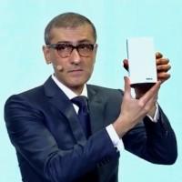 Rajeev Suri, président et CEO de Nokia, présente l'une des balises WiFi lors d'une conférence à Barcelone le 25 février 2018. (Crédit : Nokia)