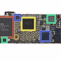 Apple vient de racheter à Dialog Semiconductor des brevets liés à la gestion de la consommation de l'énergie sur les iPhone. Ci-dessus, en jaune, le circuit intégré Dialog 338S00170. (Crédit : iFixit)