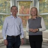 Désormais engagé dans une destinée commune avec IBM, Red Hat entretient déjà avec lui un partenariat rapproché. Ci-dessus, Virginia Rometty, présidente et CEO d'IBM (à droite) au côté de Jim Whitehurst, CEO de Red Hat. (Crédit : IBM)