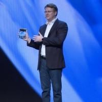 Si vous avez cligné des yeux pendant que le vice-président Justin Denison montrait le nouveau téléphone pliable de Samsung, alors vous n'avez probablement pas pu le voir. (Crédit : Samsung)