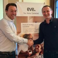 Jerome Gackel (à g.) et Stéphane Bohbot (à dr.), respectivement CEO d'Eve Systems et d'Innov8, ont signé un accord de distribution de la gamme Eve en France. (Crédit : Innov8)