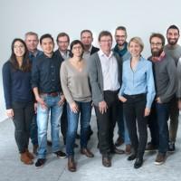 Après avoir étudié le marché du textile, l'équipe de Primo1D a orienté sa stratégie vers d'autres secteurs industriels. Ci-dessus, Emmanuel Arène, son PDG (au 1er plan), et Alain Papanti, Directeur commercial (4ème à gauche au 2ème rang). (Crédit : Primo1D)
