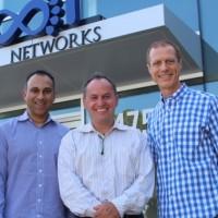 Craig Barratt, CEO de Barefoot Networks, à droite, et Navin Shenoy, directeur général de l'activité Data Center Group d'Intel, à gauche. (Crédit Intel)