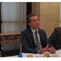 De gauche à droite : Stéphane Hadinger (responsable des technologies AWS), Théodore Christakis (professeur de droit international à l'Université Grenoble Alpes) et Dominic Trott (directeur de recherche associé en sécurité européenne IDC) réunis sur Paris pour un point presse « Sécurité et conformité » ce 11 septembre 2019. (crédit : D.F.)