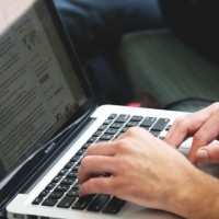 Les start-ups développent notamment des produits innovants dans le domaine de la téléconsultation et du télétravail, particulièrement utiles dans le contexte de confinement actuel, souligne le secrétariat d'Etat au Numérique. (Crédit : Pixabay/StartupStockPhotos)