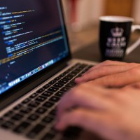La demande d'équipements de télétravail qui a résulté de la crise liée au coronavirus a entraîné une croissance de 51% des ventes d'ordinateurs portables en Europe occidentale en mars. (Créditi : Free-Photos / Pixabay)