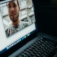 Avec Keybase, Zoom va renforcer le chiffrement de bout en bout de la solution . (Crédit Photo : Cottonbro/Pexels)