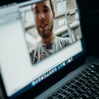 Pour accompagner l'arrivée des Mac ARM, Zoom propose une déclinaison M1 de son app. (Crédit Photo : Cottonbro/Pexels)