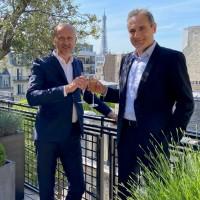 Stéphane Puthon (à gauche), le directeur général du Groupe Factoria, et Thierry Halimi, le dirigeant d'AE Bureautique. Crédit photo : Groupe Factoria