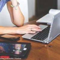 Le travail hybride entre bureau et télétravail s'est imposé, pour le meilleur et pour le pire. (Pixabay / Karolina Grabowska)