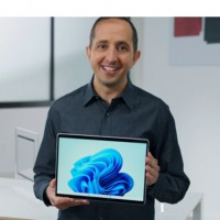 A l'occasion de son événement de rentrée Surface, Panos Panay, responsable produit chez Microsoft, présentait la dernière tablette 2-en-1 Surface Pro 8. (Crédit : Microsoft)