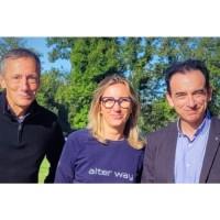 Le regroupement d'Alter Way et Smile doit donner naissance à un poids lourd européen spécialisé dans les services et applicatifs open source. De gauche à droite : Philippe Montargès (co-fondateur et président d'Alter Way), Véronique Torner (co-fondatrice et directrice générale d'Alter Way) et Marc Palazon (président de Smile). crédit : Smile