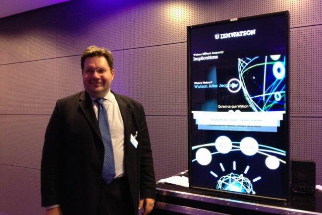 Jean-Claude Jesionka, architecte chez IBM France, devant un simulateur Watson