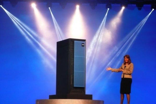 Sur Impact2012, Marie Wieck, responsable des solutions d'intégration d'IBM Software, présente un modèle d'appliance PureSystems (crédit : M.G.)