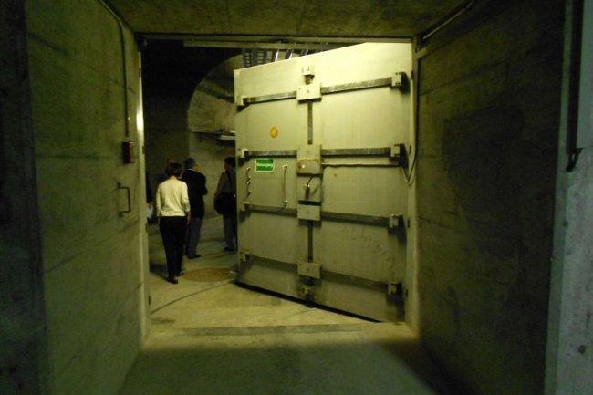 Une porte blindée protégeant un des tunnels du datacenter de Radix dans un ancien bunker de l'armée suisse, crédit AG