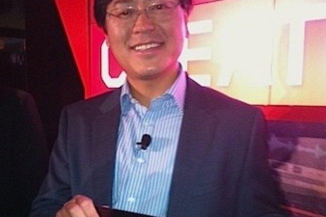 Yang Yuanqing, CEO de Lenovo, présentant l'IdeaPad Yoga hybride entre tablette et ultrabook (D.R)