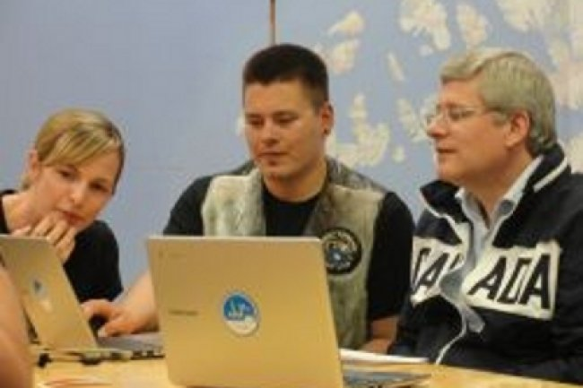 Le premier ministre canadien en compagnie d'un membre de l'équipe de Google au Nunavut Crédit Photo: AFP