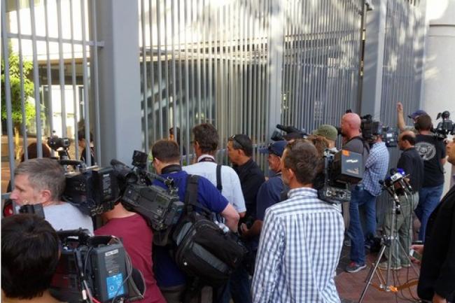 A la sortie du tribunal californien où se déroule le procès Apple VS Samsung, les médias attendent le jury et les avocats qui, pour une partie d'entre eux, sortiront finalement par une autre porte. (crédit : Martyn Williams/IDS News Service San Francisco).