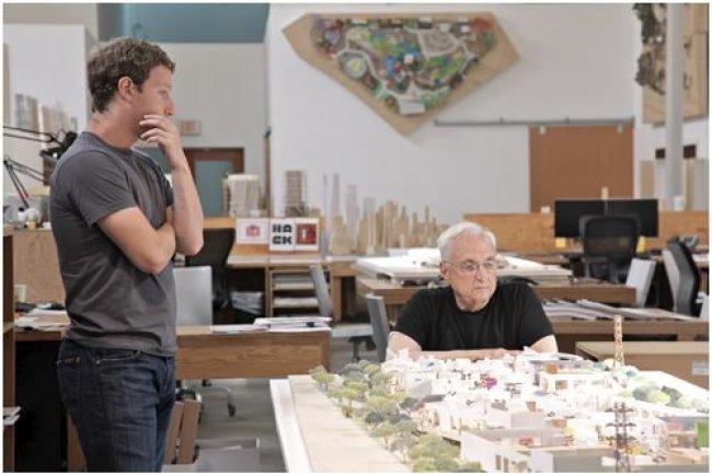 Mark Zuckerberg, PDG de Facebook, discute du projet de campus qu'il a confié à Franck Gehry. (photo non datée / crédit Everett Katigbak, Facebook)