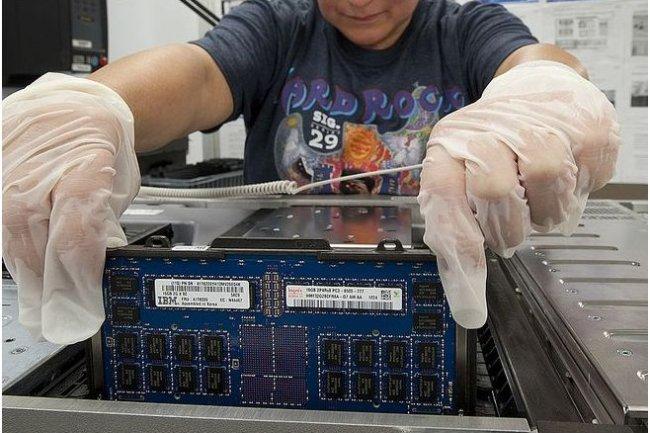 Selon IBM, les performances obtenues avec le zEnterprise EC12 progresseront de 45% pour les charges de travail Java multithread. (crédit photo : Jon Simon)