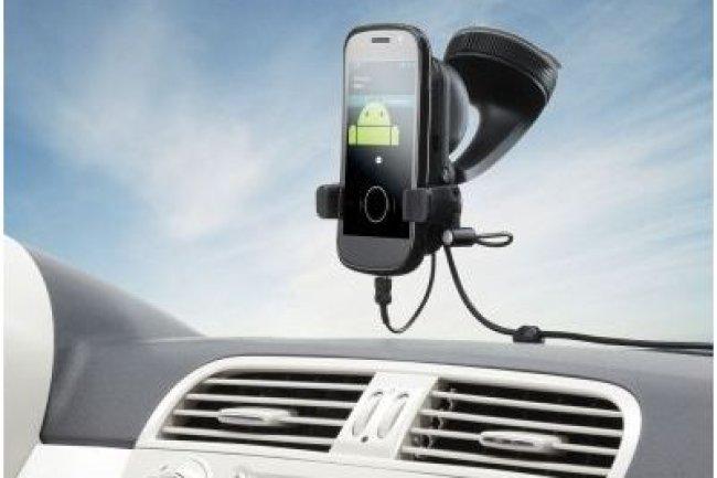Le kit voiture mains libres de TomTom permet de consulter les informations routières sur son smartphone.
