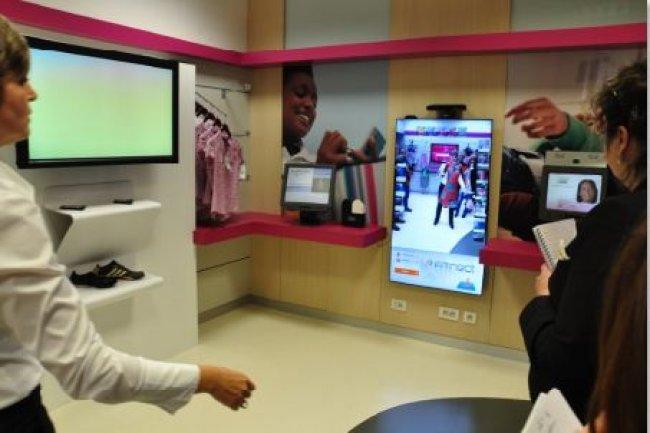 La solution Aristo d'IBM permet aux clientes d'un magasin de mode d'essayer virtuellement des vêtements. Crédit : IBM