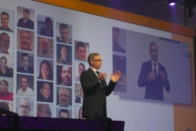Alistair Rennie, DG de l'activité Social Business d'IBM, en ouverture de la conférence Connect 2013 à Orlando, présente les meilleurs partenaires contributeurs. Parmi les sociétés distinguées : ISW, Trilog Group et foresee. (photo : MG)