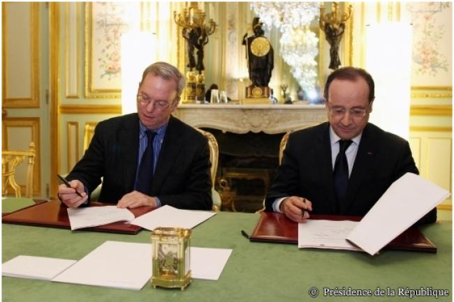 Eric Schmidt, président de Google, signe avec François Hollande, président de la République, l'accord sur la création d'un fonds de 60 M€ pour faciliter la transition de la presse vers le numérique.