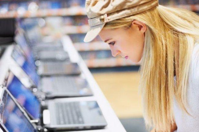 C'est la baisse des performances de leur machine qui pousse en priorité les Français à acheter un nouvel ordinateur. Crédit Yuri Arcurs/shutterstock.com