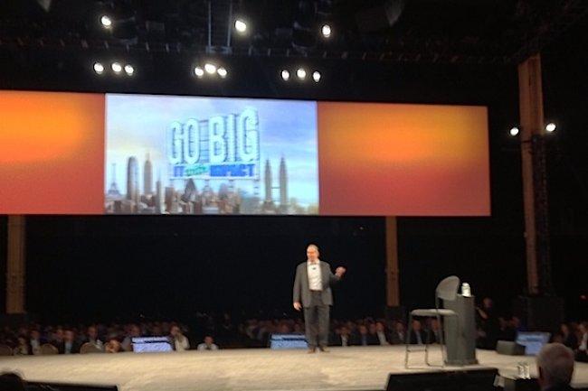 Peter Griffiths, vice-président exécutif chez CA Technologies avec sur le nez des Google Glass