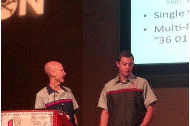 Charlie Miller, à gauche, et Chris Valasek, à droite, révèlent sur Defcon 21 les méthodes à l'oeuvre derrière leur piratage de voitures. (crédit : Lucian Constantin)