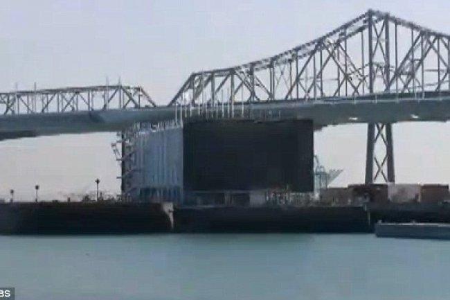 Cette barge flottante équipée de containers informatiques serait la réalisation du projet de centre de calcul sur un bateau de Google. Crédit CBS.