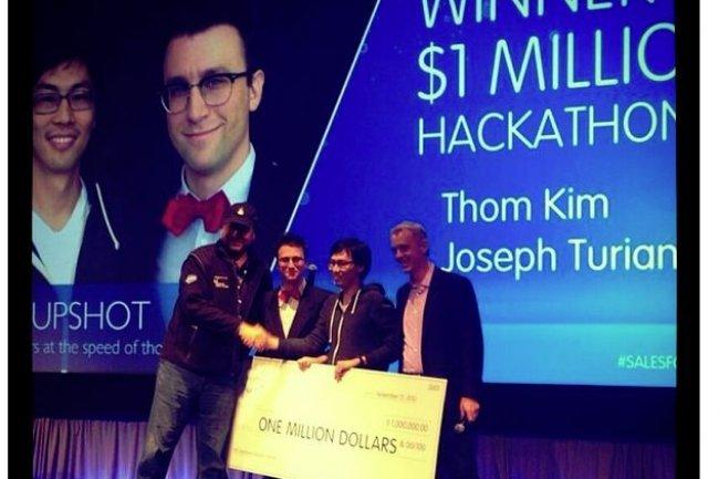 Le jeudi 21 novembre, Marc Benioff et Parker Harris entourent les deux gagnants du hackaton organisé sur Dreamforce 2013. (crédit : Salesforce.com)