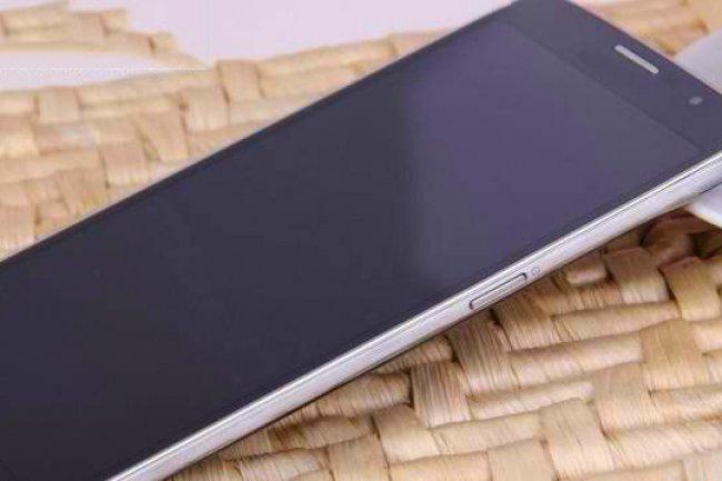 Le Galaxy S5 sera déclinée en deux versions, l'une en métal, l'autre en plastique. Crédit: D.R