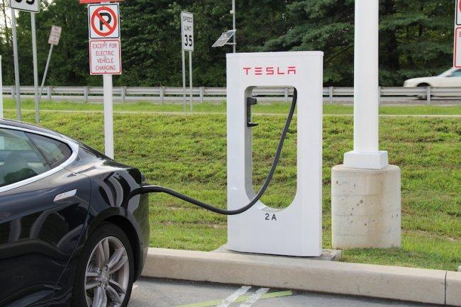 Tesla Motors, qui a installé un réseau de bornes aux Etats-Unis, fait figure de mascotte high tech sur le marché des véhicules électriques.