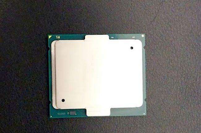 Reposant sur un socket LGA 2011, la puce Intel Xeon E7v2 est gravée en 22 nm. Elle est dotée de 37,5 Mo de cache.