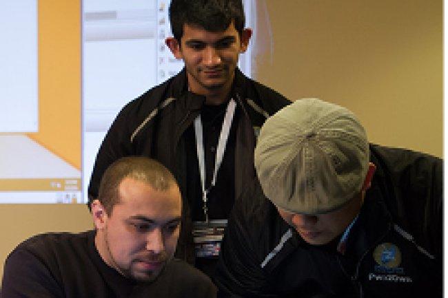 A gauche Chaouki Bekrar de l'équipe Vupen explique son exploit sur Reader d'Adobe au jury du Pwn2own. Crédit Photo: Pwn2own