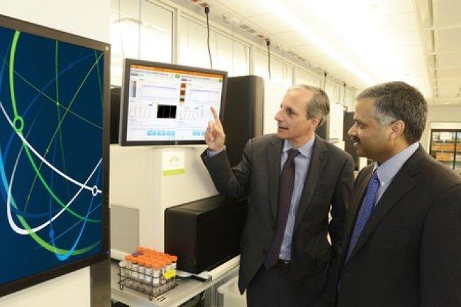 Dr Robert Darnell (� gauche) du New York Genome Center et le Dr Ajay Royyuru (� droite) de l'IBM Research regardent comment utiliser Watson pour acc�l�rer la composition de traitements contre certains cancers. Cr�dit IDG NS
