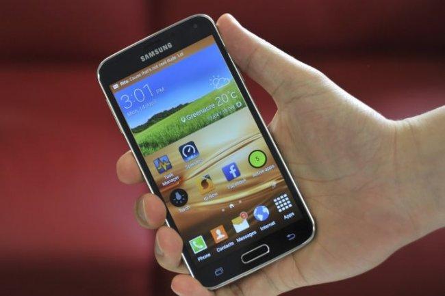 Avec sa coque durcie et sa résistance à l'eau et au sable, le Galaxy S5 est bien armé pour résister aux petits désagréments quotidiens.