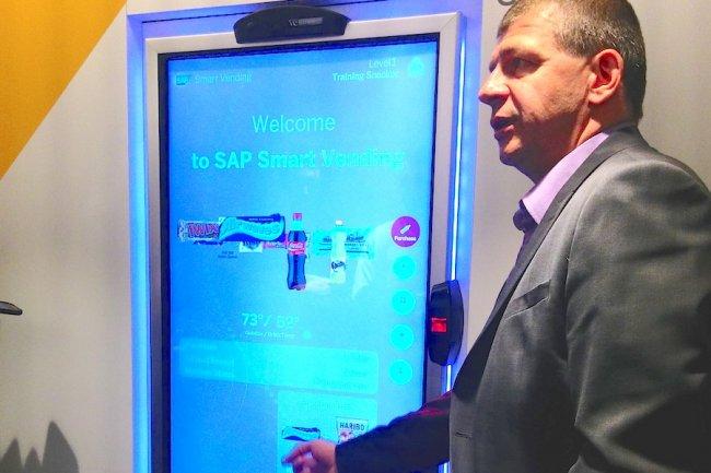 Frédéric Puche, chef de marché technologies mobilité chez SAP France, met en avant un distributeur interactif de snacks. (crédit : LMI)