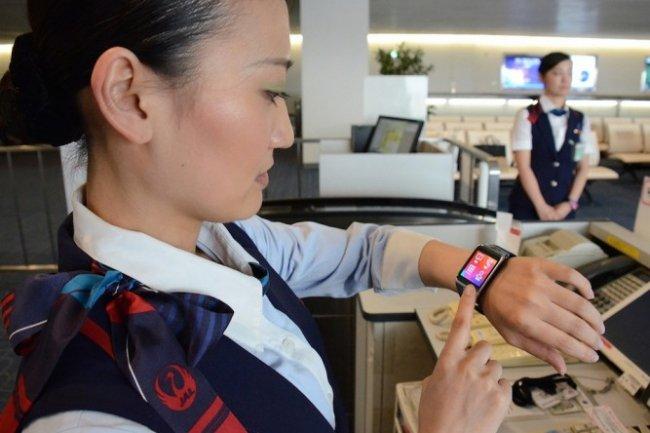 JAL a montré comment 2 de ses salariés utilisaient la Galaxy Gear 2 de Samsung.